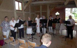 Die Kirchenband singt und spielt